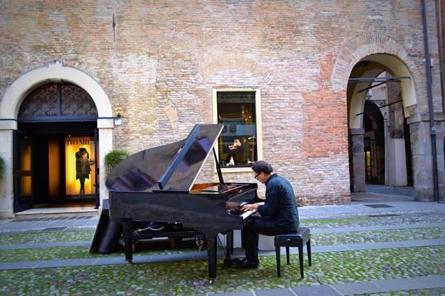 Pianista suona di fronte la Profumeria Artistica Mon Petit Parfum